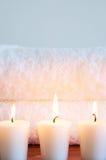 Entspannende Badekurortszene mit Tüchern und Kerzen Lizenzfreies Stockbild