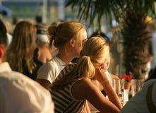 Entspannende blonde Mädchen Stockfoto