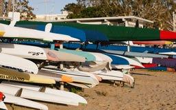 Entspannende Boote, die zum Spaß in die Sonne warten lizenzfreie stockfotografie