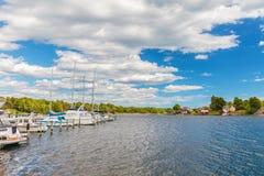 Entspannende Boote vor einer kleinen schwedischen Insel mit altem w Lizenzfreie Stockbilder