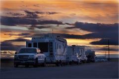 Entspannende Fahrzeuge am Sonnenuntergang stockbild