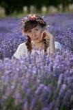 Entspannende Frau auf dem Lavendelgebiet Lizenzfreie Stockfotos