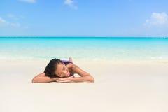 Entspannende Frau auf Strandferien schlafend auf Sand Lizenzfreies Stockfoto