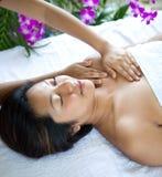 Entspannende Frau beim Haben von Badekurortbehandlung Stockfotos