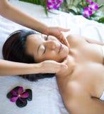 entspannende Frau beim Haben von Badekurortbehandlung Lizenzfreie Stockfotos