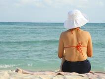 Entspannende Frau in der Schwimmenklage Stockfotos
