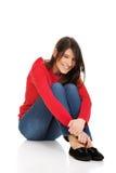Entspannende Frau, die auf dem Boden sitzt stockbild