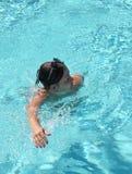 Entspannende Frau im Swimmingpool lizenzfreie stockfotografie