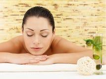 Entspannende Frau am Schönheitsbadekurortsalon stockbilder