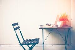 Entspannende kalte Heimarbeit des Arbeitsplatzes für Büro und Designlaptop Smartphone mit Morgenkaffee, Stockfoto