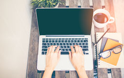 Entspannende kalte Heimarbeit des Arbeitsplatzes für Büro und Designlaptop Smartphone mit Morgenkaffee, Stockfotos