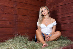 Entspannende Landfrau stockfoto