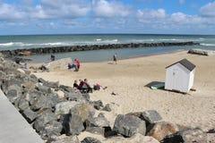 Entspannende Leute auf dem Strand, Dänemark Stockfotos