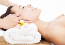 Entspannende Massage des Gesichtes für asiatische Frau Stockfotografie