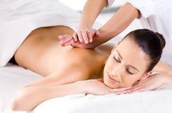 Entspannende Massage für Frau im Badekurortsalon Lizenzfreies Stockfoto