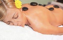 Entspannende Massage für junge schöne Frau Lizenzfreie Stockfotografie