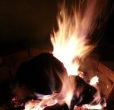 Entspannende Nacht durch das Feuer Stockfotografie