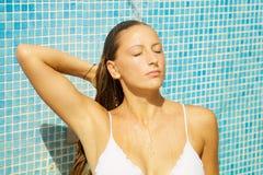 Entspannende nehmende Dusche der blonden Frau im Äußeren im Sommer Lizenzfreie Stockbilder