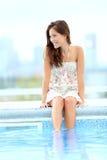 Entspannende Poolfrau Stockfotos