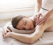 Entspannende Rückenmassage am Badekurort stockfotografie