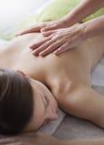 Entspannende Rückenmassage am Badekurort lizenzfreie stockfotos