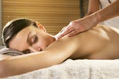 Entspannende Rückenmassage am Badekurort stockfotos