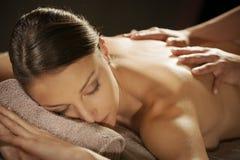 Entspannende Rückenmassage am Badekurort stockbild