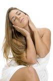 Entspannende reizvolle blonde Frau Stockfoto