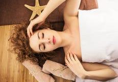 Entspannende Schönheit mit Starfish stockbild