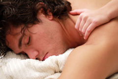 Entspannende Schultermassage Stockbild