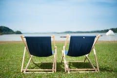 Entspannende Stühle in der Sonne Stockbilder