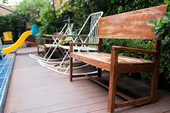 Entspannende Stühle im Garten Lizenzfreie Stockfotos