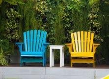 Entspannende Stühle im Garten Lizenzfreie Stockbilder