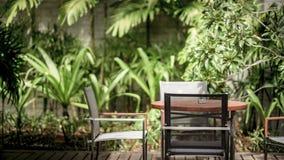 Entspannende Stühle im Garten Stockfotos