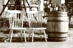 Entspannende Stühle mit Rebflaschen Stockbilder
