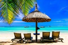 Entspannende tropische Feiertage Landschaft mit Strandstühlen und umbrel Lizenzfreie Stockfotografie