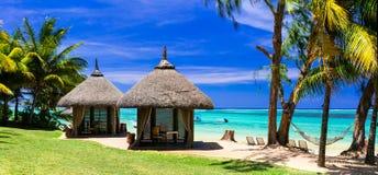 Entspannende tropische Feiertage mit Bungalows und Hängematte auf weißem b Stockfotos