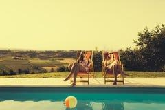 Entspannende und ein Sonnenbad nehmende Frauen Stockbilder