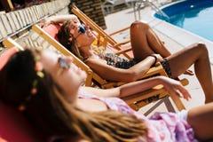 Entspannende und ein Sonnenbad nehmende Frauen Lizenzfreie Stockbilder