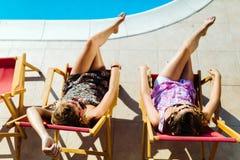 Entspannende und ein Sonnenbad nehmende Frauen Stockbild