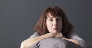 Entspannender älterer Frauenkranker des Habens des Menopausenblaus Stockbild