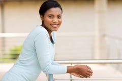 Entspannender Balkon der Frau lizenzfreies stockfoto