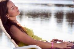 Entspannender Brunette Stockbild