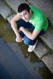 Entspannender Junge auf den Treppen Stockfotos