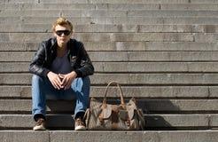 Entspannender Mann, der auf Treppe stationiert Lizenzfreie Stockfotografie