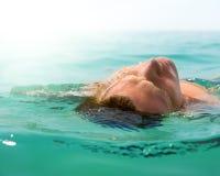 Entspannender Mann im Ozean stockfoto