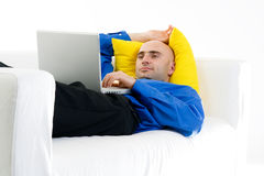 Entspannender Mann mit Laptop Lizenzfreie Stockfotos