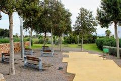 Entspannender Park in der Stadt stockbilder