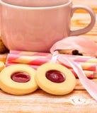 Entspannender Plätzchen-Kaffee zeigt Getränk-Snack und köstliches an stockfotografie