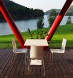 Entspannender Platz nahe See Lizenzfreie Stockfotos